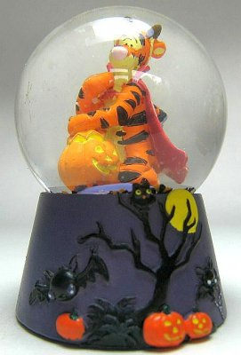 tigger with pumpkin on halloween mini snowglobe